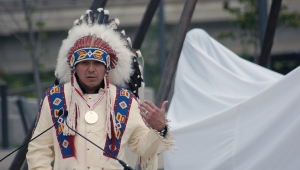 Whitecap Dakota First Nation Chief Darcy Bear speaks to a crowd in Saskatoon prior to a greeting from Prince Edward. (Kevin Menz)