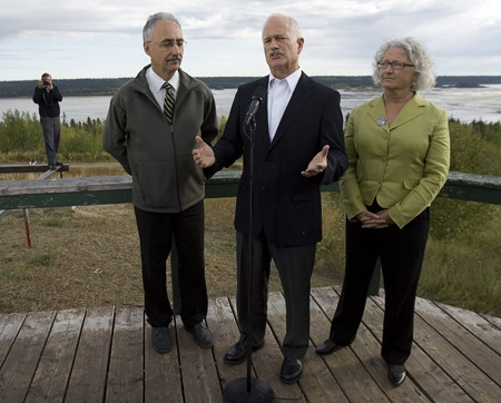 NDP Leader Jack Layton, flanked by Western Artic MP Dennis Bevington, left, and Edmonton-Strathcona candidate Linda Duncan, expresses concerns about tar sands development as he campaigns in Fort Smith, NWT. on Monday, Sept. 8, 2008. (THE CANADIAN PRESS / Andrew Vaughan)