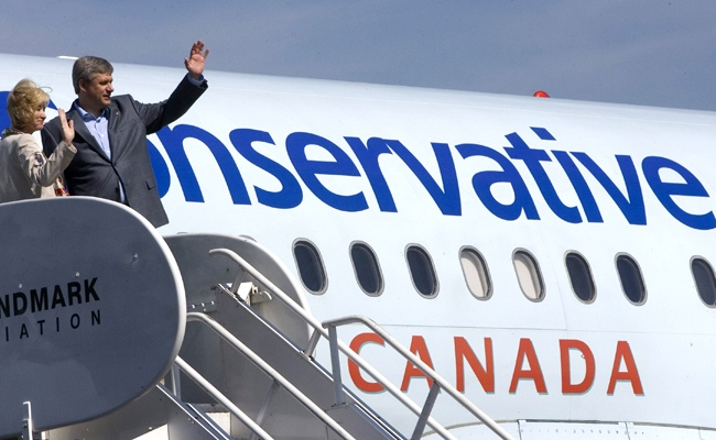 Conservative Party Leader Stephen Harper and his wife Laureen wave before boarding his campaign plane after a stop in Richmond, B.C., Monday, Sept 8, 2008. (Tom Hanson / THE CANADIAN PRESS)