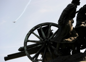 An aircraft flies past during the 100th anniversary of the First World War at the National War Monument in Ottawa on August 4, 2014. (Sgt Dan Shouinard / Combat Camera)