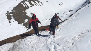 A rescue team members carry the body of an avalanche victim at Thorong La pass area in Nepal, Friday, Oct. 17, 2014. (AP / Nepalese Army)
