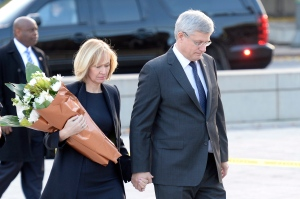 Prime Minister Stephen Harper and wife Laureen visit the Tomb of the Unknown soldier in Ottawa on Thursday Oct. 23, 2014. Adrian Wyld THE CANADIAN PRESS)