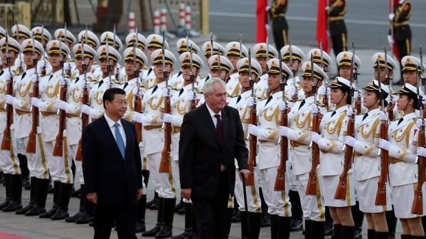 Česká média mlží. Podívejte se na triumfální přijetí prezidenta Zemana v Číně