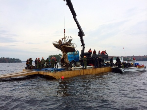 A Second World War plane is recovered from Lake Muskoka on Tuesday, Oct.28, 2014. (Mike Oliviera / THE CANADIAN PRESS)