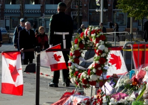 Governor General David Johnston and his wife Sharon pay their respects at the National War Memorial shortly after the honour guard take their posts Thursday October 30, 2014 in Ottawa. (THE CANADIAN PRESS/Adrian Wyld)