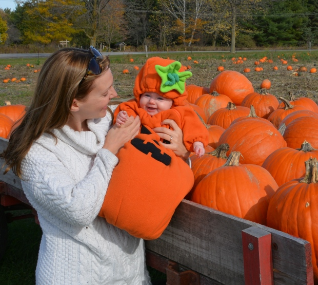 4-month-old baby Miriam visits a pumpkin patch with her Grandpa at Twinkleberry's farm in Ontario. (Nancy Hunter / MyNews)