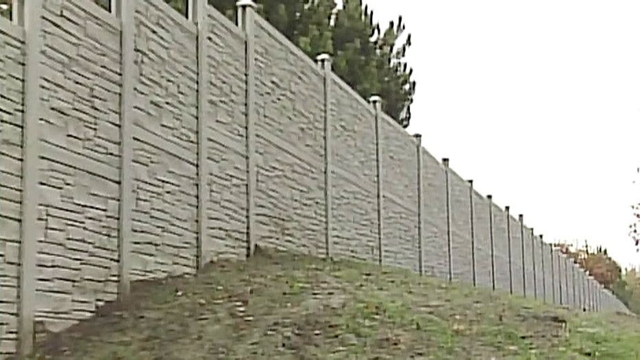 A 'noise wall' in London, Ontario is shown.