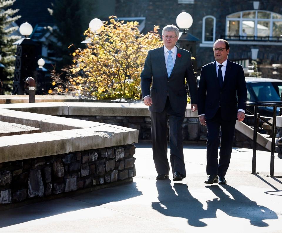 French President Francois Hollande, right, and Prime Minister Stephen Harper arrive in Banff, Alta., on Sunday, Nov. 2, 2014. (Jeff McIntosh / THE CANADIAN PRESS)