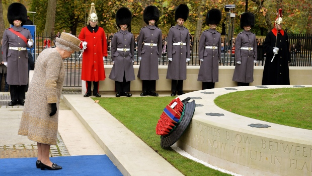 <b>Royal family pays tribute to fallen soldiers</b><br><br>Queen Elizabeth II, accompanied by the King of Belgium, opened the Flanders&#39; Fields Memorial Garden at Wellington Barracks in London as a tribute to fallen soldiers.<br><br> Britain&#39;s Queen Elizabeth places a wreath at the Flanders&#39; Fields Memorial at Wellington Barracks in London, Thursday Nov. 6, 2014. (AP / John Stillwell)