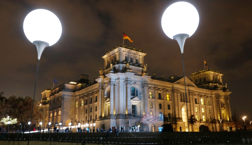 Germans remember the fall of Berlin Wall 25 years
