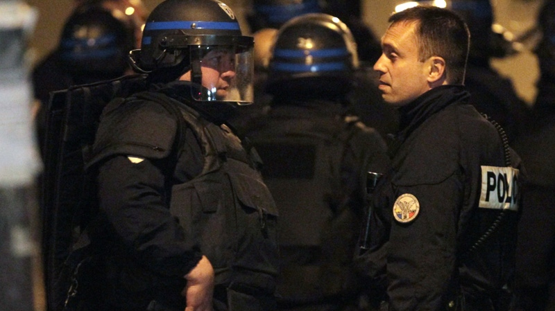 French police officers wait next to the building where a suspect in the shooting at the Ozar Hatorah Jewish school has been spotted in Toulouse, France, Wednesday, March 21, 2012. (AP / Bob Edme)