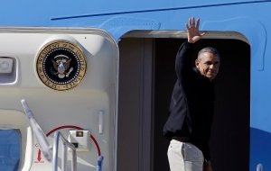 U.S. President Barack Obama waves as he boards Air Force One at McCarran International Airport on Sunday, Nov. 23, 2014, in Las Vegas. (AP / Isaac Brekken)