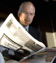 NDP Leader Jack Layton reads a Montreal French newspaper before a morning radio interview in Quebec City on Tuesday, Sept. 23, 2008. (Jacques Boissinot / THE CANADIAN PRESS)