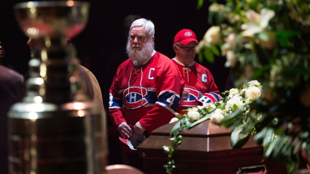 Mourners pay their respect to Montreal Canadiens legend Jean Beliveau during the public viewing for the Montreal Canadiens legend in Montreal on Sunday, December 7, 2014. (Paul Chiasson / THE CANADIAN PRESS)