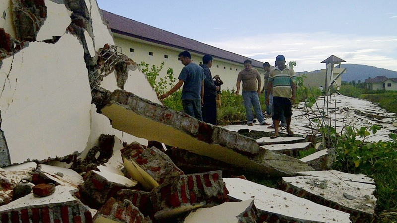 People look at walls damaged by a strong earthquake at a prison in Aceh province in Indonesia, Wednesday, April 11, 2012. (AP / Kyodo News)
