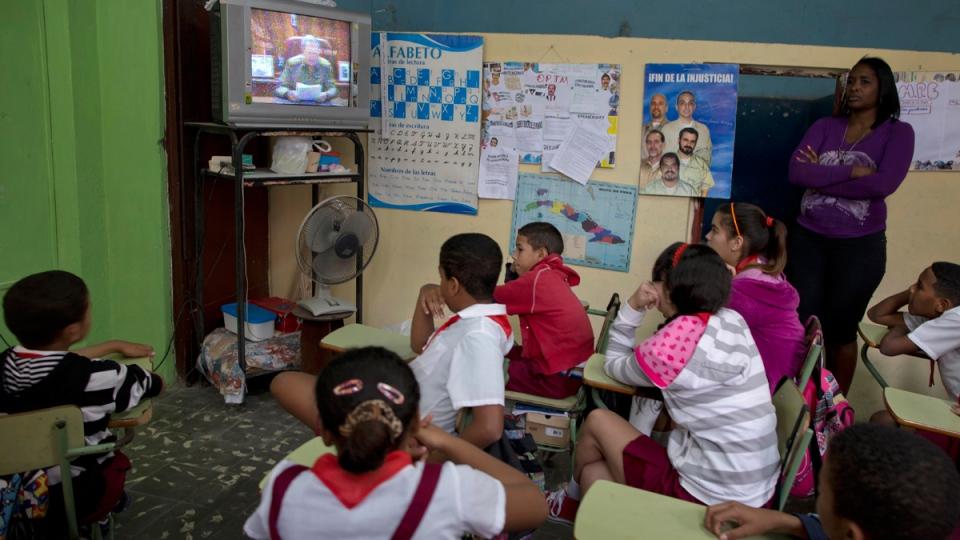 Students in Havana watch Cuba's President Raul Castro speak on Dec. 17, 2014. (AP / Ramon Espinosa)