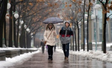 People walk in the rain on Christmas Eve in Ottawa on Wednesday, Dec. 24, 2014. (The Canadian Press / Justin Tang)