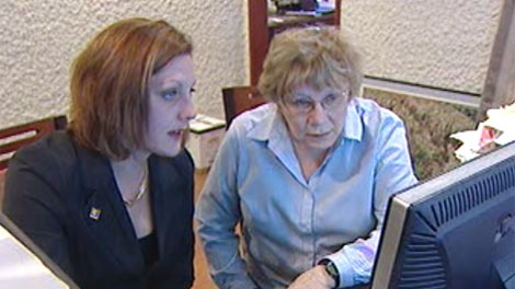 Realtor Kendra Eisner (left) and Vi Stanlake check out houses online. Stanlake said she saved almost $10,000 using a flat-rate realtor instead of a commissioned realtor.