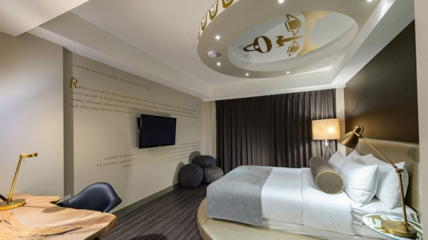 Vancouver boutique hotel carves niche in aboriginal for Best boutique hotels vancouver bc