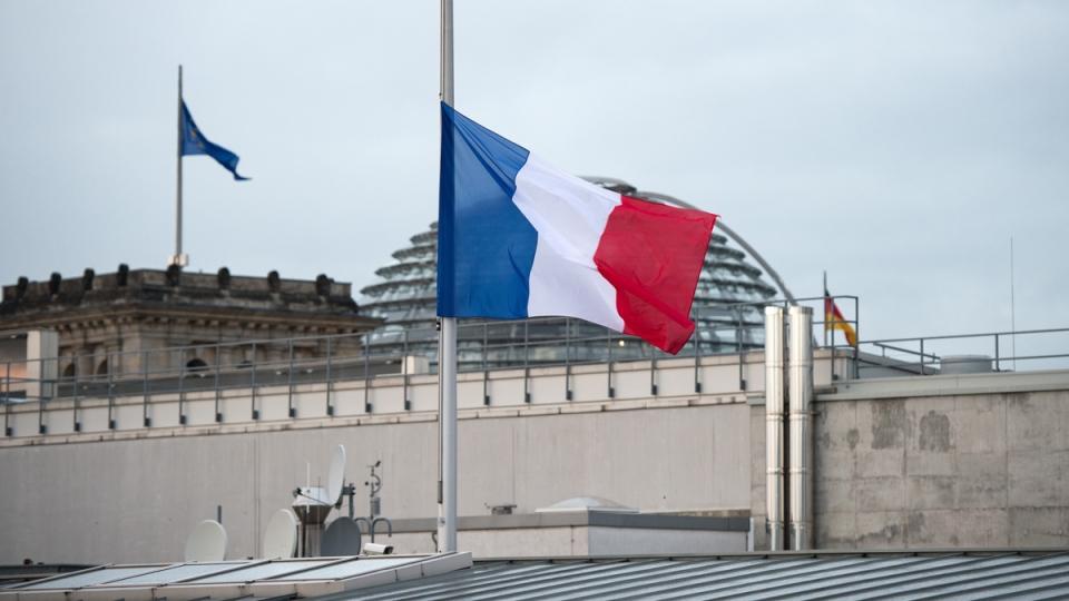 The French national flag flies on half-mast at the French embassy in Berlin, Wednesday, Jan. 7, 2015. (AP / dpa, Bernd von Jutrczenka)