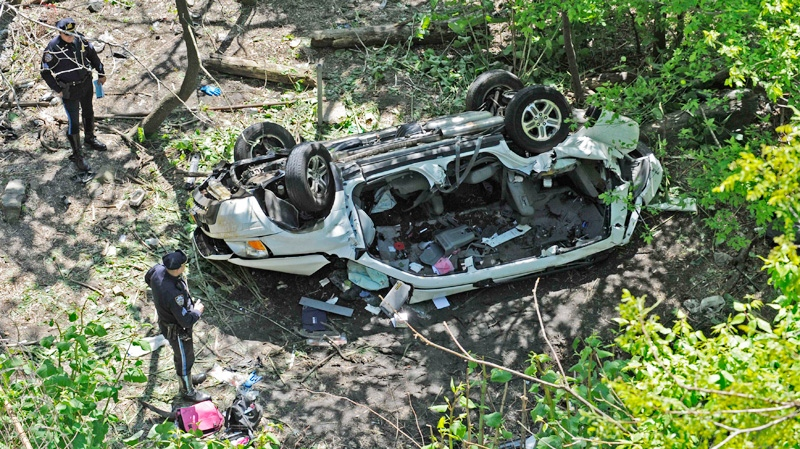 Police investigate the destroyed van that plunged over the Bronx River Parkway, Sunday April 29, 2012, in New York. (AP / Louis Lanzano)