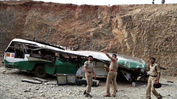 Bus crashes into gorge in India