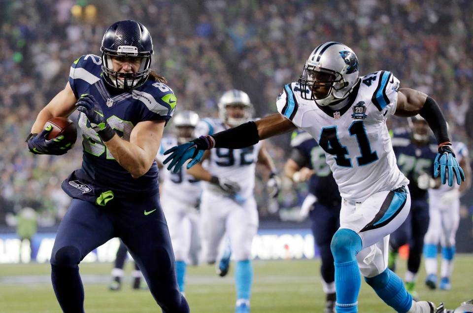 Seattle Seahawks tight end Luke Willson runs past Carolina Panthers strong safety Roman Harper (41) to score on a 25-yard touchdown pass during the second half of an NFL divisional playoff football game in Seattle, Saturday, Jan. 10, 2015. (AP / Ted S. Warren)