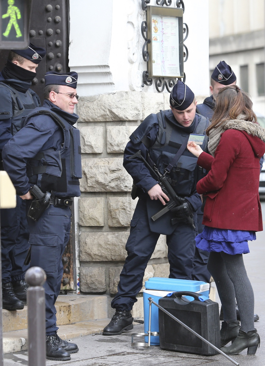 Police tighten security in Paris after attacks