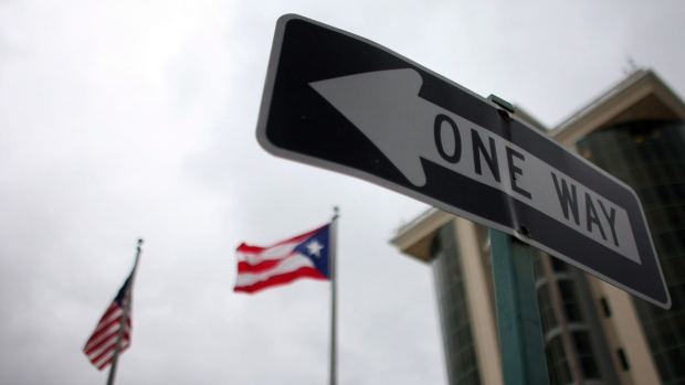 One-way traffic sign in Guaynabo, Puerto Rico