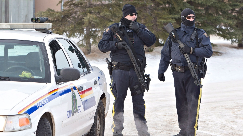 Police search for a suspect in the shooting of two RCMP officers in St. Albert Alta, on Saturday, Jan. 17, 2015.  (Jason Franso / THE CANADIAN PRESS)