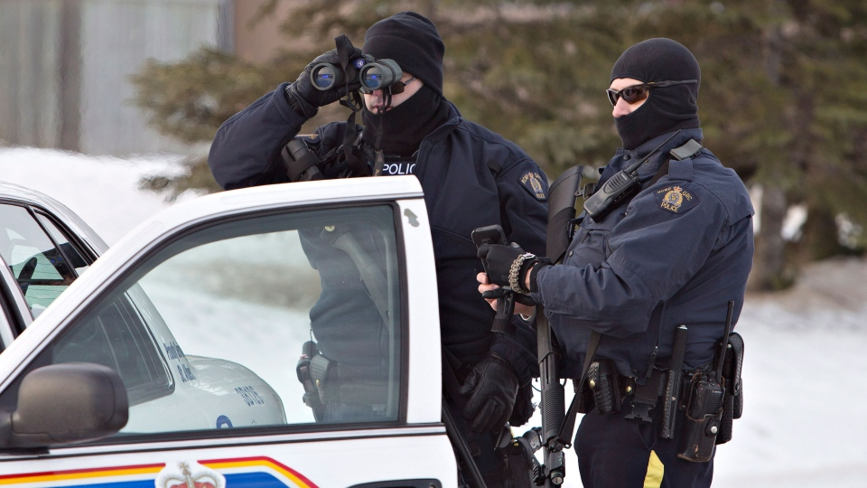 Police search for a suspect in the shooting of two RCMP officers in St. Albert Alta, on Saturday, Jan. 17, 2015.  (Jason Franson / THE CANADIAN PRESS)