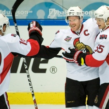Ottawa Senators Daniel Alfredsson , second left, is congratulated by Jason Spezza , left and Brian Lee after the 2nd goal in the friendly ice-hockey match between Frolunda HC and Ottawa Senators at the Scandinavium arena in Gothenburg, Sweden, Thursday Oct 2, 2008. (AP Photo / Bjorn Larsson Rosvall / SCANPIX) ** SWEDEN OUT