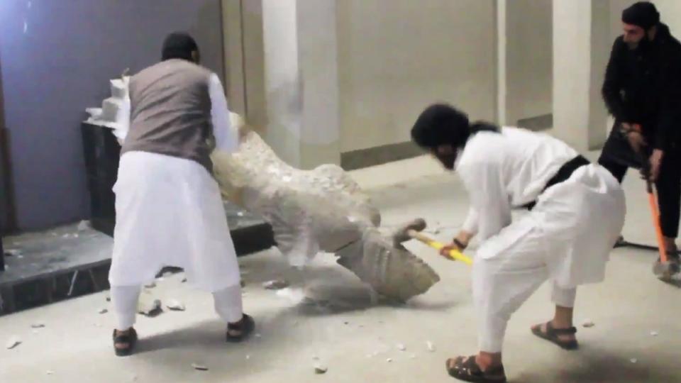 ISIS films destruction of Iraqi artifacts