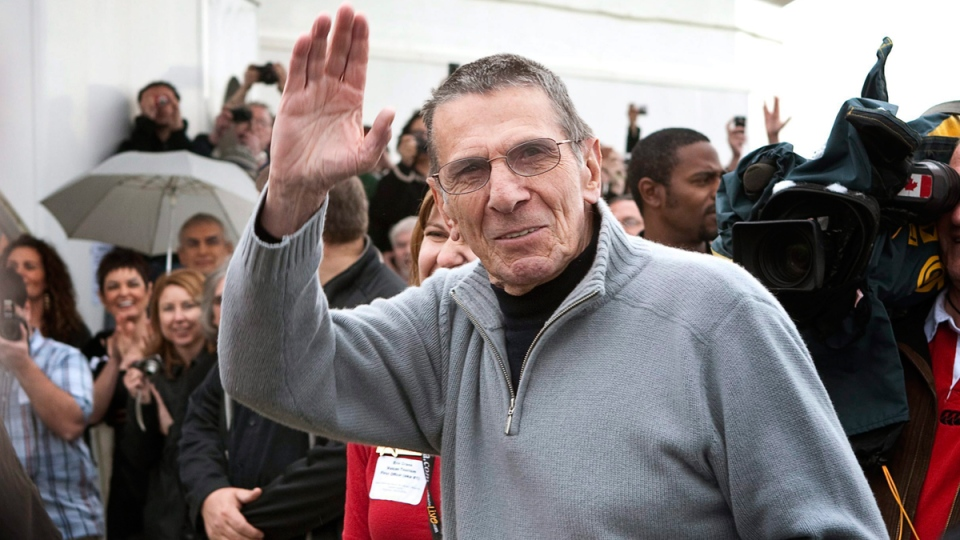 Leonard Nimoy waves to fans in Vulcan, Alta.