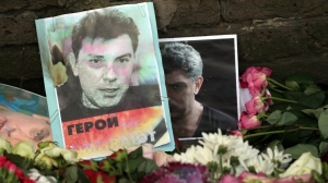 Flowers are placed outside the Russian Embassy for the slain Kremlin critic Boris Nemtsov, in Kensington, London on March 3, 2015. (AP / Tim Ireland)