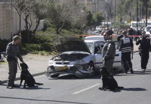 Israeli police stand next to a car at the scene of an of an apparent attack in Jerusalem on March 6, 2015. (AP / Sebastian Scheiner)