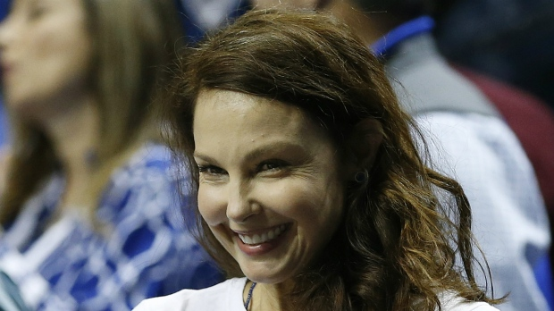 Actress Ashley Judd motions toward the Kentucky bench before the first half of the NCAA college basketball Southeastern Conference tournament championship game between Kentucky and Arkansas, in Nashville, Tenn. on March 15, 2015. (AP / Steve Helber)