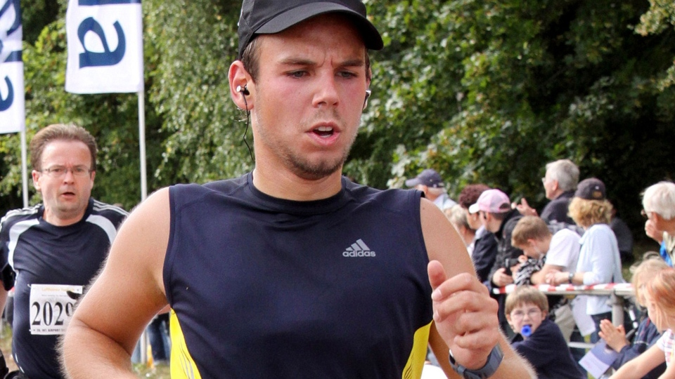 Andreas Lubitz competes at the Airportrun in Hamburg, northern Germany Sunday, Sept. 13, 2009. (AP / Michael Mueller)