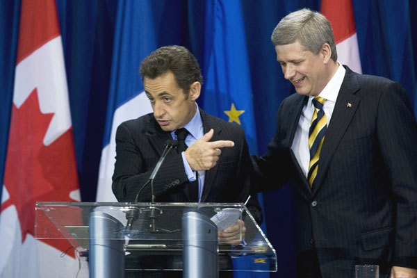 French President Nicolas Sarkozy points to Prime Minister Stephen Harper during a news conference following a meeting in Quebec City on Friday, Oct. 17, 2008. (Paul Chiasson / THE CANADIAN PRESS)