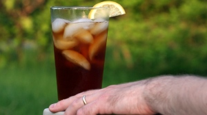Doctors have traced an Arkansas man's kidney failure to an unusual cause: his habit of drinking nearly four litres of iced tea each day. (AP / Larry Crowe)