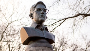 A bust of Edward Snowden in Brooklyn's Fort Greene Park, in New York, on April 6, 2015. (AP / Aymann Ismail / ANIMALNewYork)