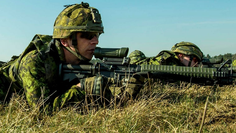 Members of 3rd Battalion, The Royal Canadian Regiment practice cold load drills with the Polish military in Jaworze, Poland on March 17, 2015. (Department of National Defence)