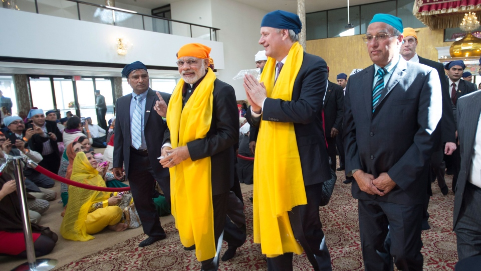 Prime Minister Stephen Harper and Narendra Modi Prime Minister of India are seem during a visit to the Gurdwara Khalsa Diwan in Vancouver, B.C. Thursday, April 16, 2015. (Jonathan Hayward / THE CANADIAN PRESS)