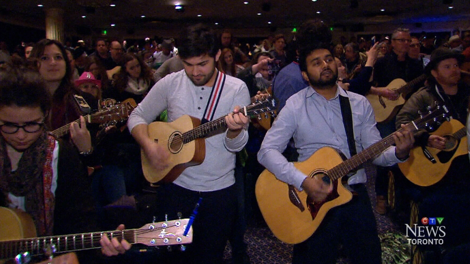 "Nearly 1,000 guitar players got together for a jam session in downtown Toronto on Thursday as part of a promotional event for the musical ""Once."""