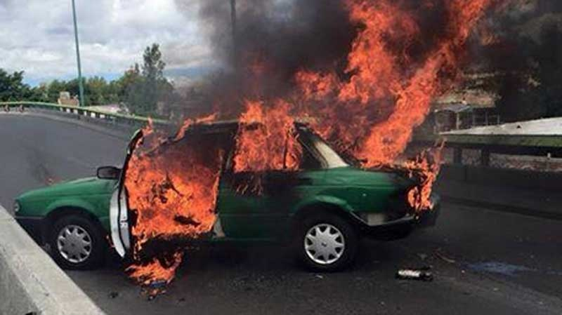 "Officials warn that drug cartels are creating ""narco-blockades"" in the Mexican state of Jalisco by lighting vehicles on fire on roads and highways. May 4, 2015. (Twitter)"