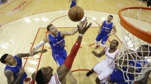 Los Angeles Clippers' Blake Griffin and Houston Rockets' Dwight Howard, bottom centre, reach for a rebound during the first half of Game 1 in a second-round NBA basketball playoff series in Houston on May 4, 2015. (AP / David J. Phillip)