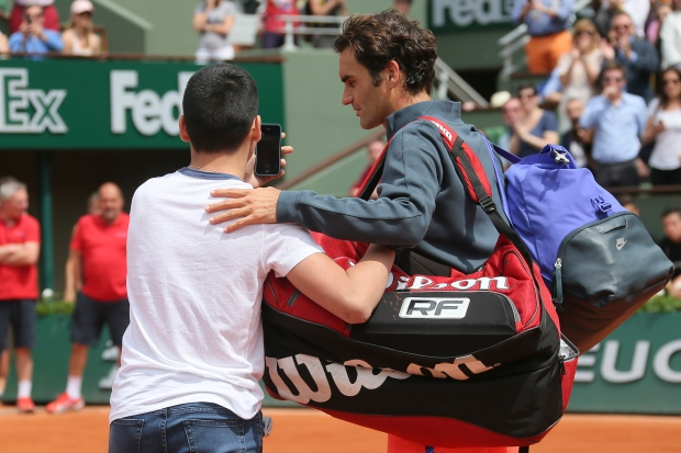Fan takes unsanctioned selfie with Federer