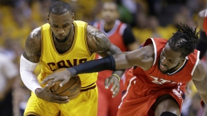 Atlanta Hawks forward DeMarre Carroll tries to strip the ball from Cleveland Cavaliers forward LeBron James in the first quarter of Game 4 of the NBA basketball Eastern Conference Finals in Cleveland on May 26, 2015. (AP / Tony Dejak)