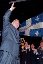 Jacques Parizeau waves to Laval University students while campaigning in the Quebec City region on Oct. 25, 1995. (Jacques Boissinot / THE CANADIAN PRESS)