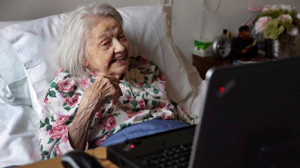 Patient Louise Irving, who has dementia, watches a laptop computer at The Hebrew Home nursing home in of Riverdale, in New York, Wednesday, March 25, 2015. (AP/Richard Drew)